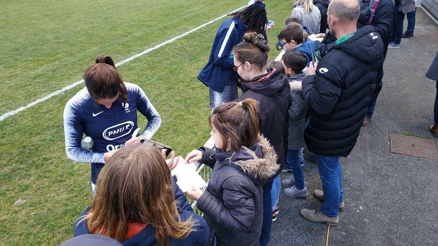 Les Bleues ont ponctué la séance d'entraînement par des dédicaces aux spectateurs venus les voir à Ballan-Miré (Indre-et-Loire)
