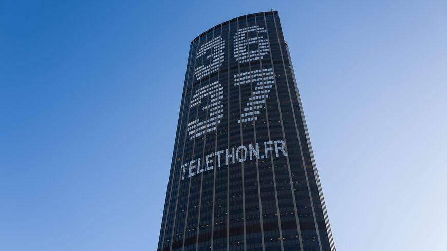 La tour Montparnasse, à Paris, lors du Téléthon