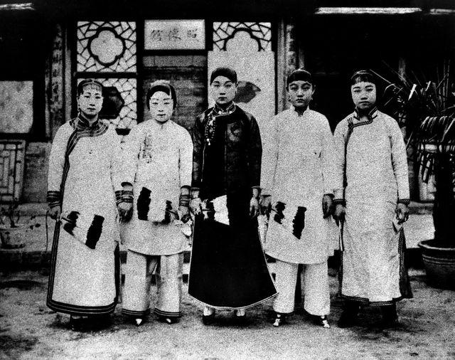 Photo non datée montrant des femmes aux pieds bandés, sous la dynastie Qing