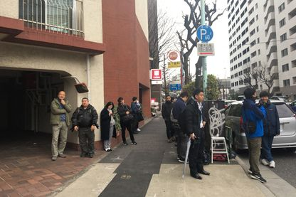 Devant l'immeuble de Carlos Ghosn à Tokyo, télévisions et photographes se relaient jour et nuit et tentent de suivre à la trace l'ancien patron de Renault-Nissan