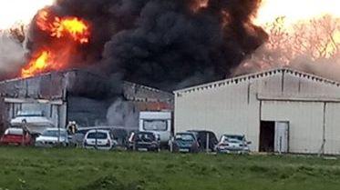 Le feu a produit une fumée abondante