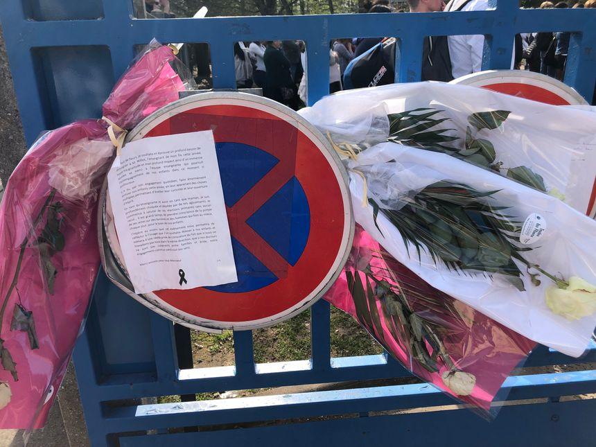 Des fleurs ont été déposées sur la grille de l'école Flammarion en hommage au professeur disparu