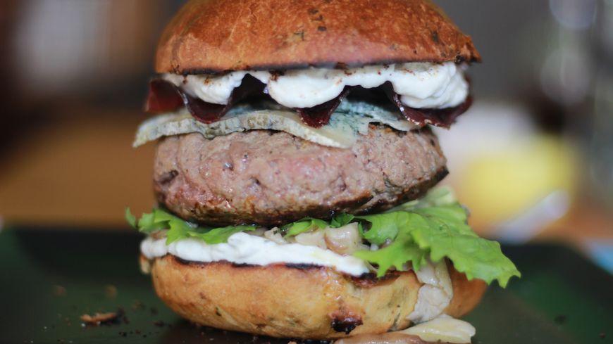 Mesurant un peu moins de dix centimètres, ce burger est 100% d'origine savoyarde