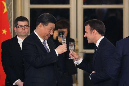 Le Président chinois Xi Jinping et Emmanuel Macron lors du dîner officiel au Palais de l'Élysée, lundi 25 mars.