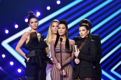 "Kendall Jenner, Khloe Kardashian, Kim Kardashian, Kourtney Kardashian et Kris Jenner lorsqu'elles ont reçu le prix de l'émission ""Reality Show of 2018"" pour ""Rester en contact avec les Kardashians"""