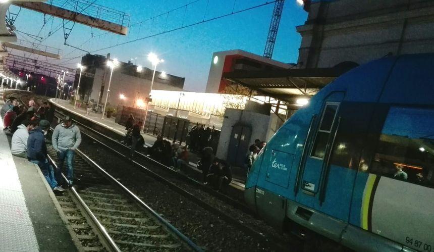 Le trafic est interrompu en gare du Mans ce vendredi soir, des forains sont sur les voies