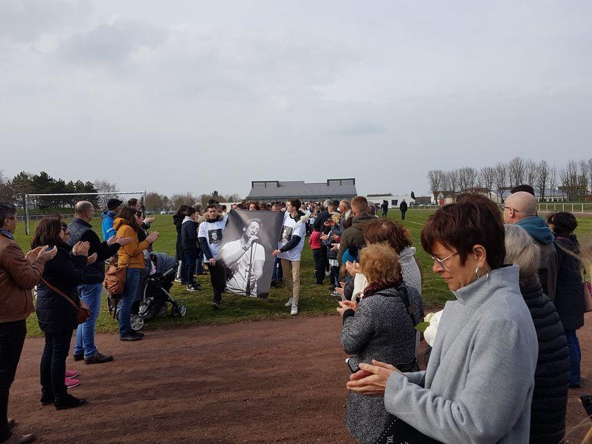 Fin de parcours pour le portrait géant de Bastien Payet, après dix minutes d'applaudissements et de haie d'honneur.
