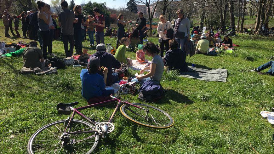 Une centaine de personnes était réunie ce samedi pour un pique-niqueaux vaites, à Besançon