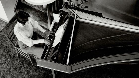 Margaret Huggett sur son clavecin