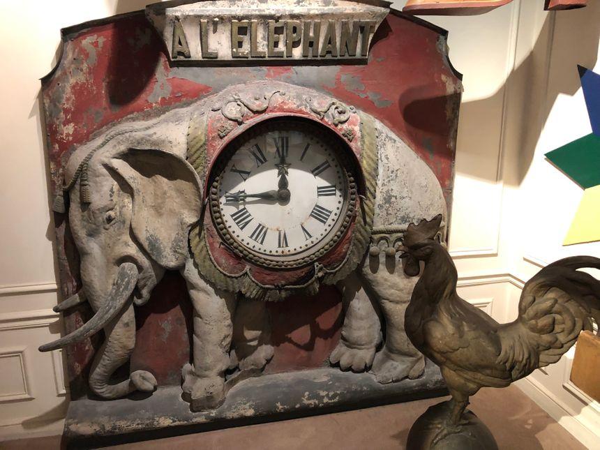L'éléphant de la Bastille, en métal, est l'enseigne la plus chère, estimée à 1 600 euros.