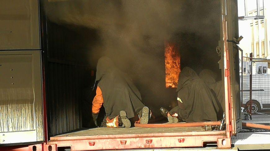 Une dizaine de pompiers de la Côte-d'Or à l'action pour un exercice plus vrai que nature à l'intérieur de ce caisson enflammé