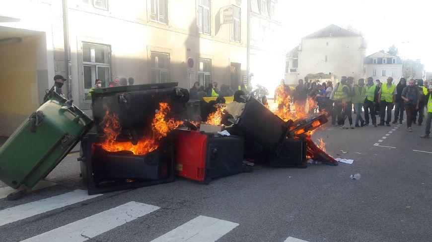 Une barricade de poubelles a été enflammée par les manifestants