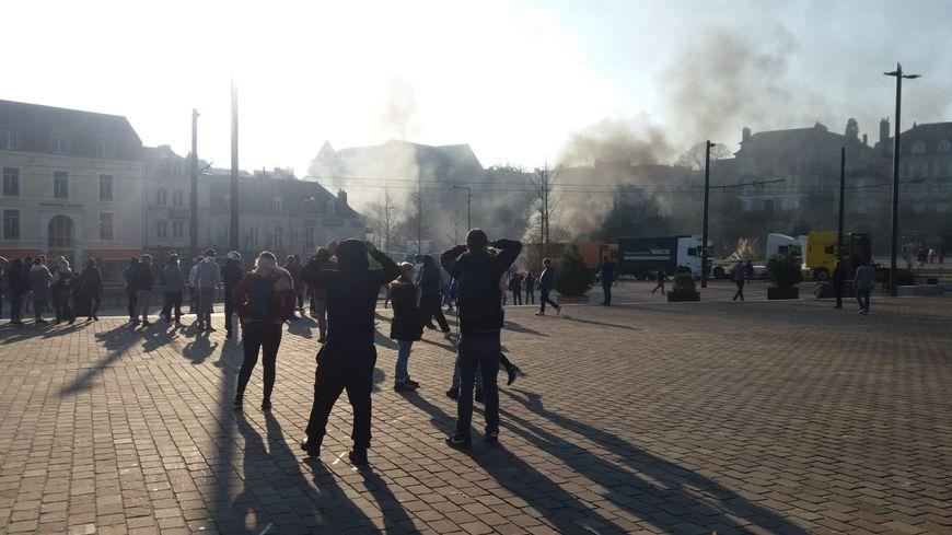 Regain de tension au Mans entre forains et forces de l'ordre. Gaz lacrymogène et fumée des feux de palette se mélangent place des Jacobins.