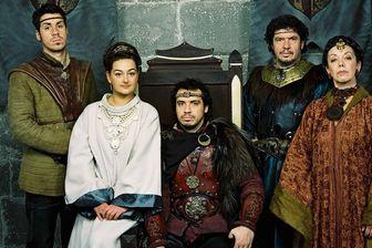 Kaamelott : Arthur (Alexandre Astier) entouré de Guenièvre (Anne Girouard), Yvain (Simon Astier), Léodagan (Lionnel Astier) et Dame Séli (Joëlle Sevilla).