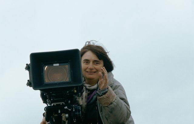 """Agnès Varda en 1985 sur le tournage de """"Sans toit ni loi"""""""