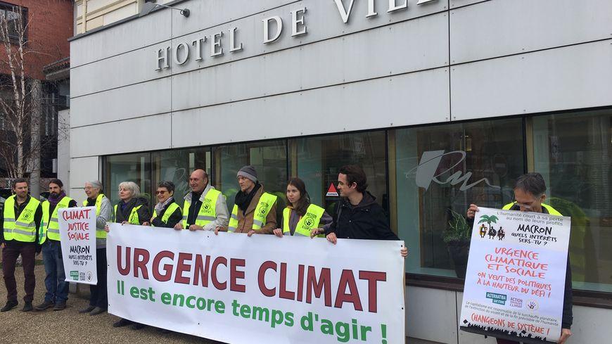 Les militants devant la mairie de Roche  la Molière