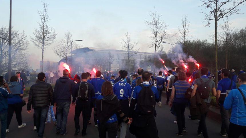 La marche des supporters du Racing club de Strasbourg pour la finale de la Coupe de la Ligue à Lille.