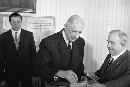 Le général de Gaulle votant au referendum du 27 avril 1969