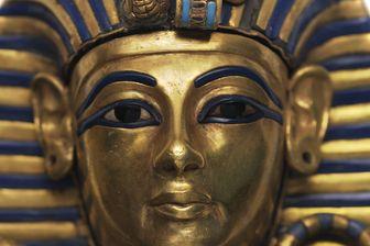 """Détail du cercueil miniature en or de Toutânkhamon sur l'affiche de l'exposition """"Toutânkhamon, le trésor du pharaon"""" du 23 mars au 15 septembre à la Grande Halle de la Villette"""