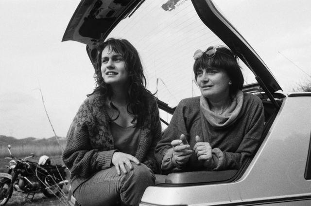 Agnès Varda sur le tournage de Sans toit ni loi, avec son actrice principale, Sandrine Bonnaire, en janvier 1985.