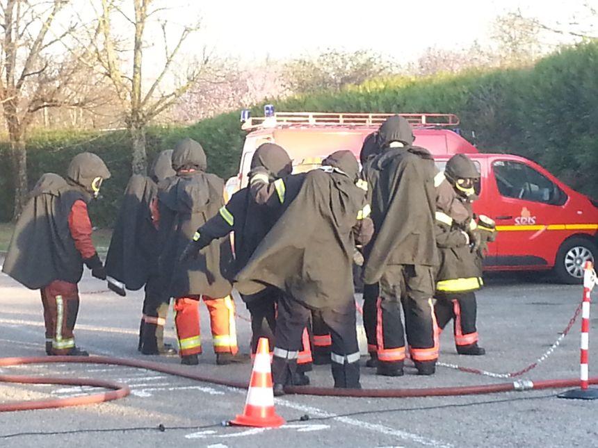 Les stagiaires enfilent des ponchos dont l'utilité est de protéger les tenues de feu