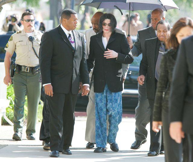 Michael Jackson vers la fin de son procès, arrivant au tribunal en pijamas