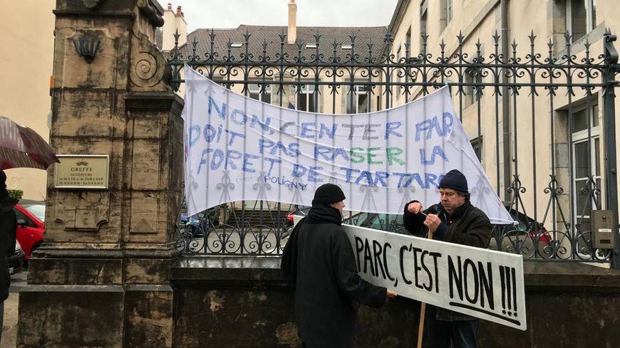 Les opposants au Center Parcs déploient une banderole devant le tribunal administratif de Besançon