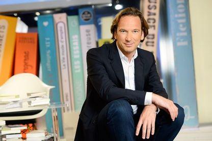 """François Busnel, aux commandes d'une émission qui se regarde ou s'écoute : """"la grande librairie""""."""