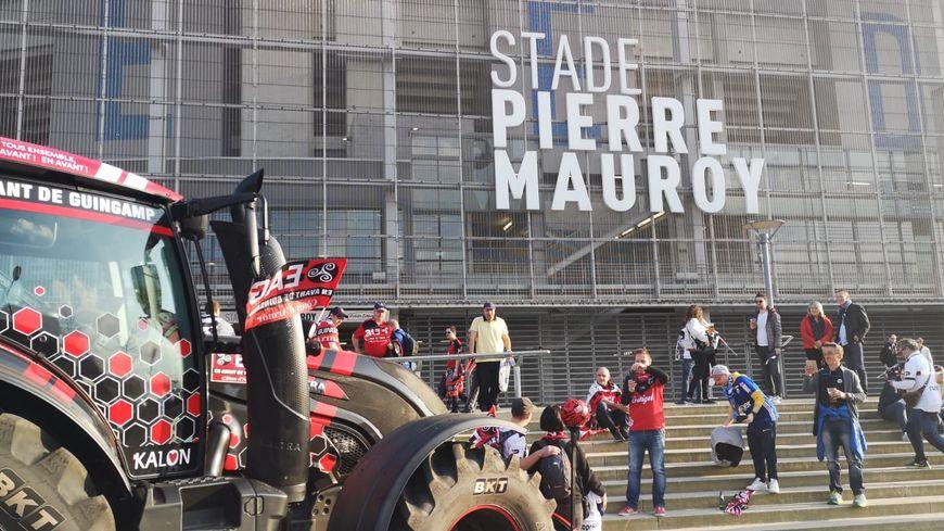 Les supporters guingampais arrivent au stade Pierre Mauroy près de Lille.