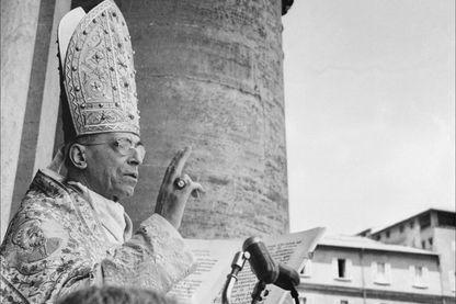 Le pape Pie XII (Eugène Pacelli) donne sa bénédiction urbi et orbi aux fidèles massés sur la place Saint-Pierre, le 30 mai 1954 à Rome, lors de la cérémonie de canonisation du pape Pie X (Giuseppe Sarto).