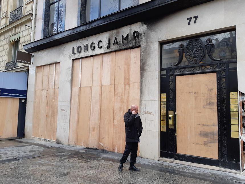 L'entrée de ce célèbre magasin des Champs-Elysées est désormais condamnée.
