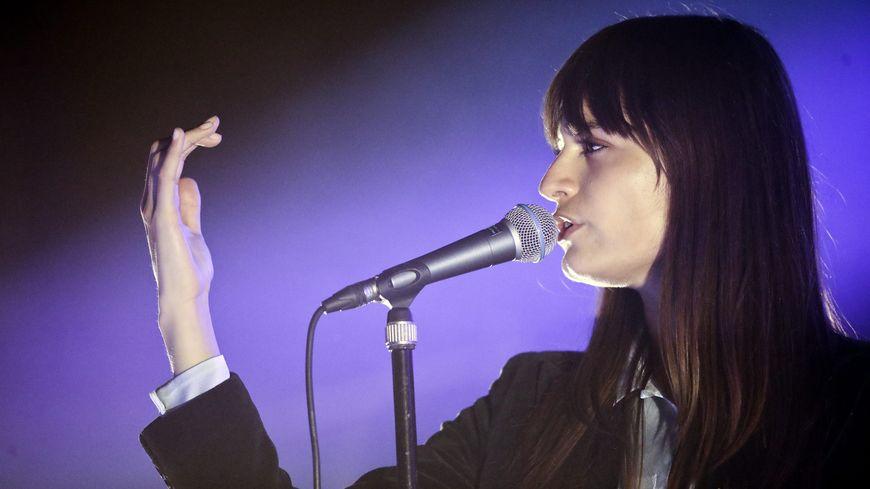 Clara Luciani, révélation scène aux dernières Victoires de la musique, est programmée jeudi 21 mars au Moulin du Roc