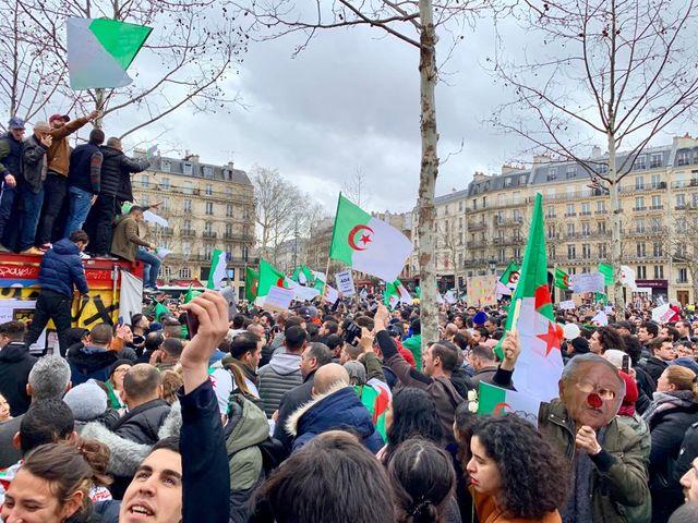 """Place de la République les manifestants scandaient """"Dégage, dégage"""" et """"Pouvoir assassin"""". Dans une foule on lisait des pancartes """"Non au mandat de la honte"""" ou """"Le peuple veut changer de régime""""."""