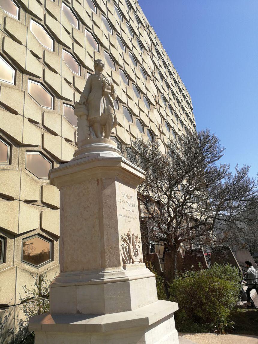 La statue de Jean-Philippe Rameau a passé 136 sur la place de la Sainte-Chapelle près du Musée des Beaux Art avant d'être réinstallée devant l'Auditorium en 2016