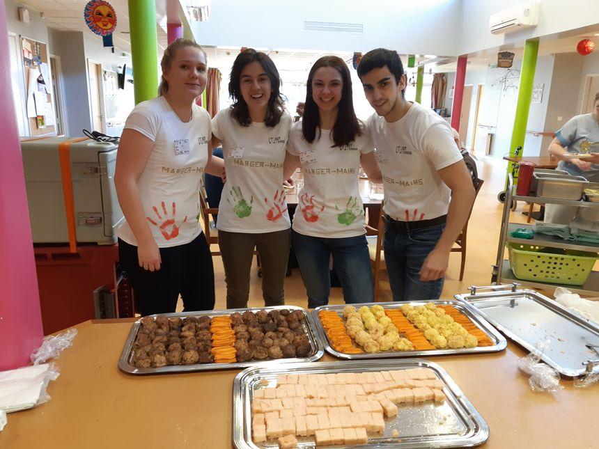 À table, les étudiants ont cuisiné pour un régiment  - Radio France