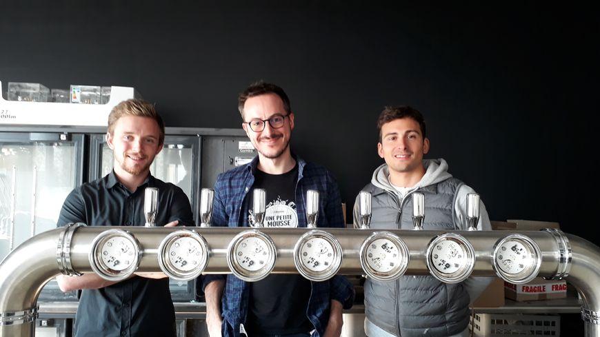 Au centre, Jonathan Bonzy, le fondateur d'une petite mousse, avec Clément Fichot et Danil Benkoula