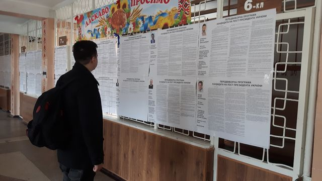 A l'école n° 3 de Konstantinovka, transformée en bureau de vote, la loi oblige d'afficher les 39 programmes des 39 candidats
