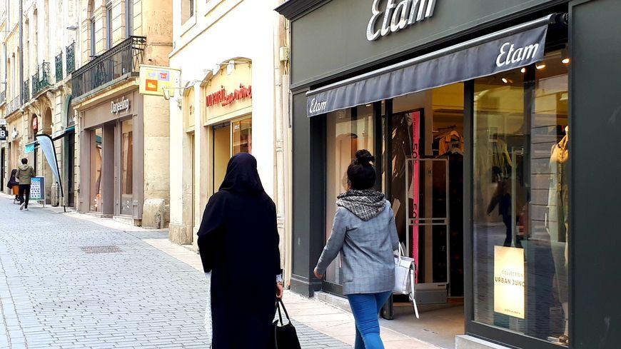 1ea0f9af4cd048 La boutique du centre ville où s'est présentée la jeune femme