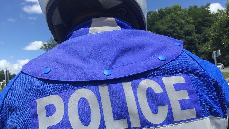 Dans la voiture, la police a retrouvé de la drogue et 1 400 euros en argent liquide.