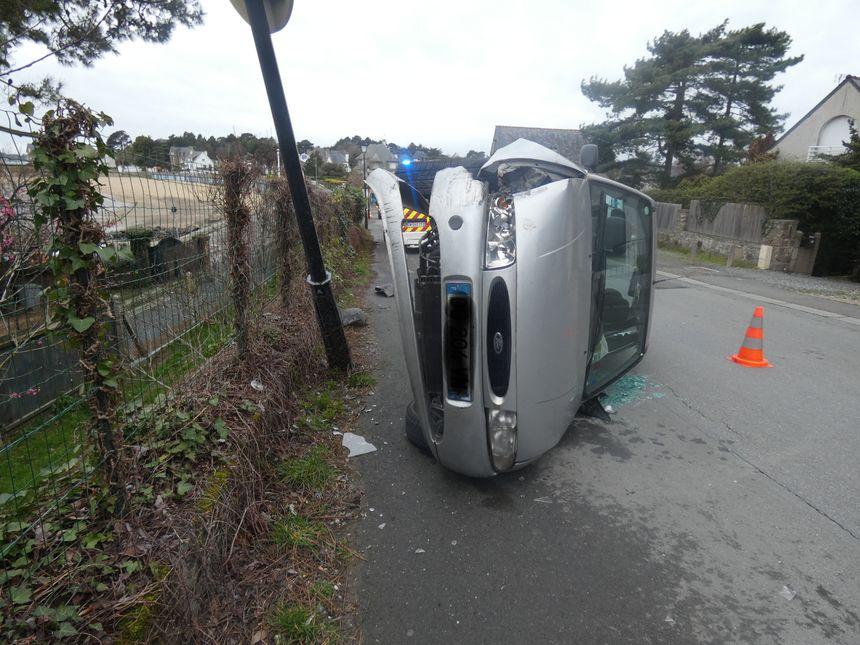 La voiture a été sérieusement endommagée dans l'accident