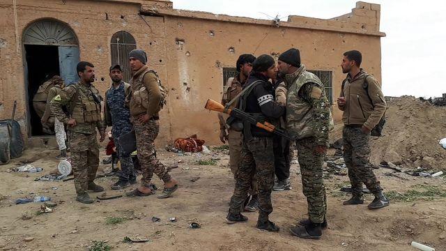 Sur le front, les combattants arabo-kurdes n'attaquent plus les derniers djihadistes, mais tiennent leur position. Ils attendent que le siège et les frappes aériennes amènent le dernier carré à se rendre et à quitter l'enclave via un corridor laissé