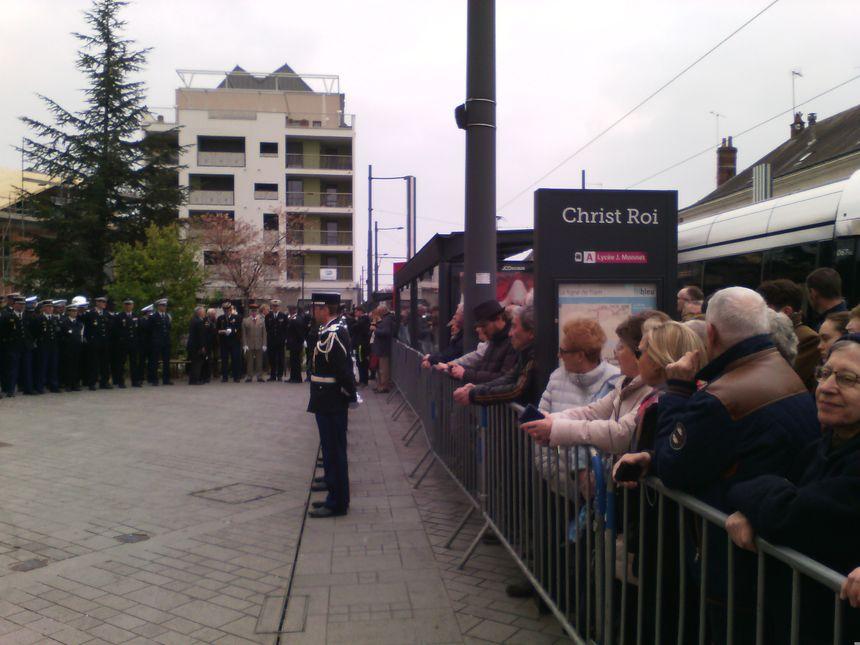 Les citoyens massés devant la place