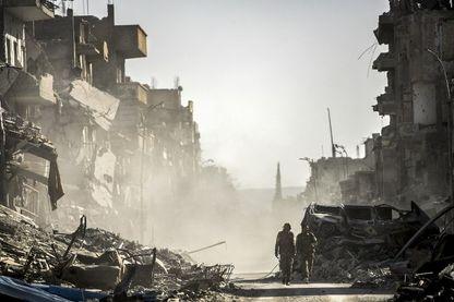 Combattant des Forces Démocratiques Syriennes dans les ruines de Raqqa, après une percée des alliées kurdes pour libérer la ville de Daech, en octobre 2017