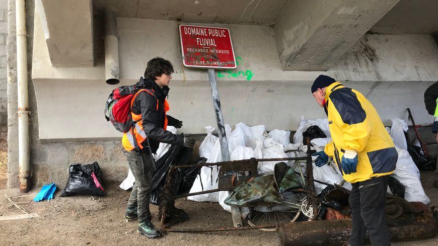 Les bénévoles ont ramassé six mètres cubes de déchets ce samedi matin du côte de Saint-Just-Saint-Rambert