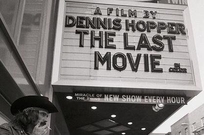 L'acteur Dennis Hopper vérifie sur une salle où son nouveau film, The Last Movie, a ouvert ses portes le 29 septembre. Hopper joue le rôle d'un cow-boy mythique dans le film qu'il a réalisé au Pérou. Photo du 4/10/71.