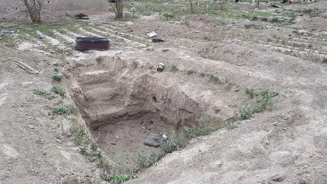 Dans le camp de Baghouz, pour se protéger des frappes aériennes, les djihadistes et leurs familles se sont enterrés dans des fossés, des tranchées ou des tunnels creusés sous leurs tentes.