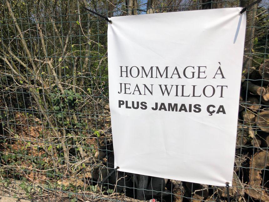 Plusieurs pancartes de ce type étaient éparpillées sur tout le parcours de la marche.