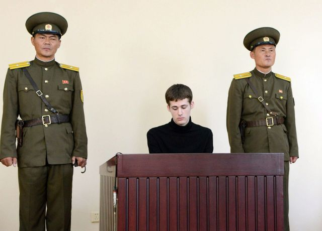 Matthew Miller, touriste américain, a été jugé en 2014 à Pyongyang pour avoir demandé... l'asile politique à la Corée du Nord. Il sera condamné à 6 ans de travaux forcés.