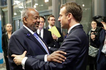 Emmanuel Macron et le président de Djibouti Omar Guelleh lors du Forum sur la paix à Paris en novembre 2018