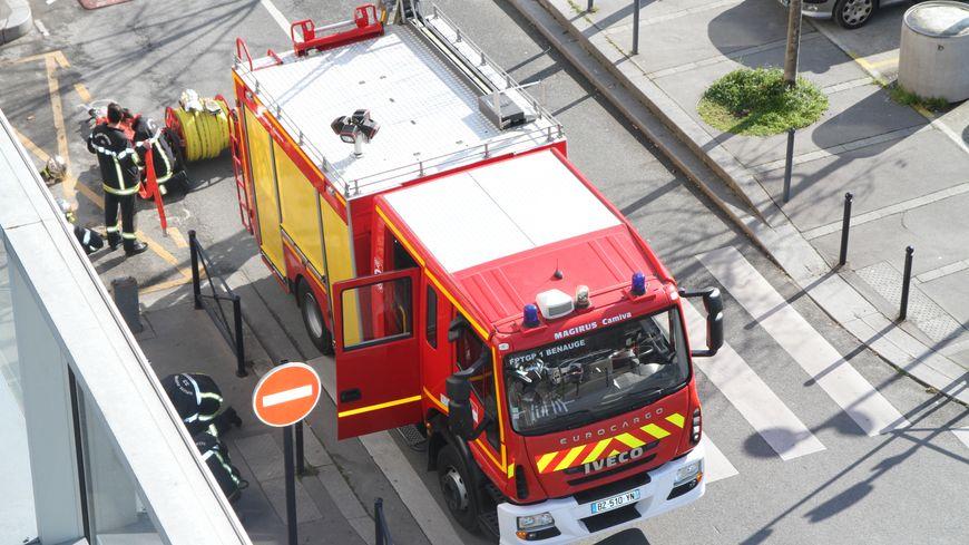 Les pompiers interviennent depuis le début d'après-midi dans cet immeuble en feu du Grand Parc